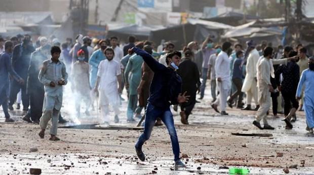 Những người ủng hộ TLP phản đối việc bắt giữ nhà lãnh đạo của họ ở Lahore. Nguồn: Reuters