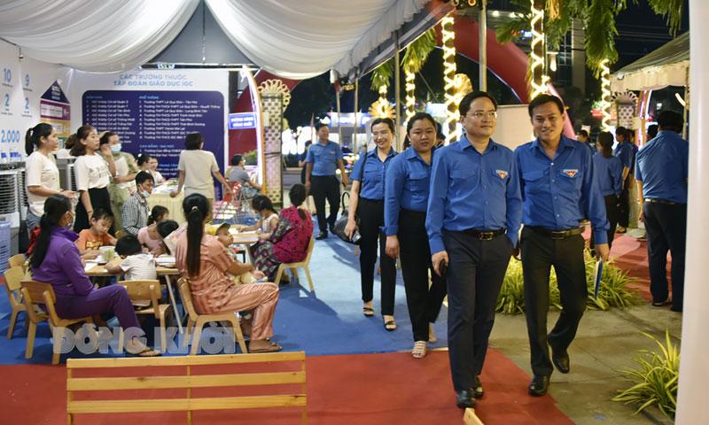 Bí thư thứ nhất Trung ương Đoàn Nguyễn Anh Tuấn (đi đầu) tham quan khu vực công nghệ tại Đường sách xứ Dừa.