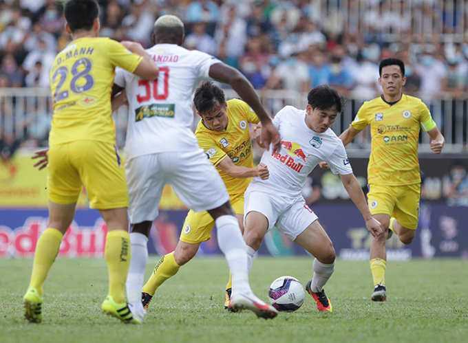 HAGL (trắng) giành trọn 3 điểm trước Hà Nội