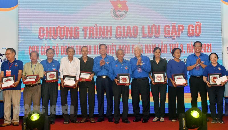 Bí thư Tỉnh uỷ Phan Văn Mãi và đại diện Ban Liên lạc Cựu cán bộ Đoàn thanh niên Việt Nam phía Nam tặng quà cho cựu cán bộ Đoàn.
