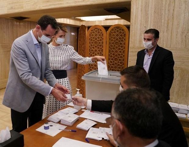 Tổng thống Syria Bashar al-Assad và phu nhân Asma tại một điểm bỏ phiếu trong cuộc bầu cử quốc hội ở Damascus, Syria vào ngày 19-7-2020. (Nguồn: Reuters)