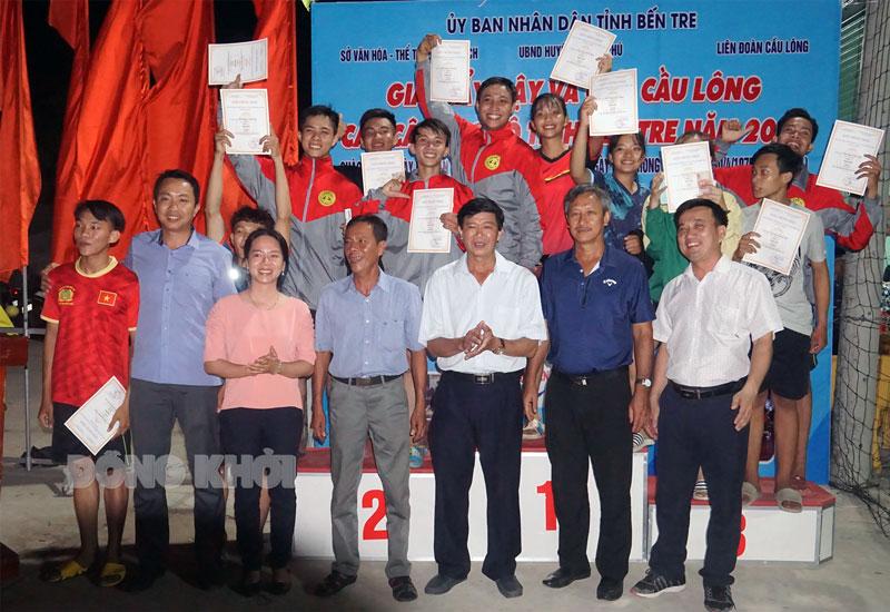 Ban tổ chức trao giải cho các vận động viên bộ môn Đẩy gậy.