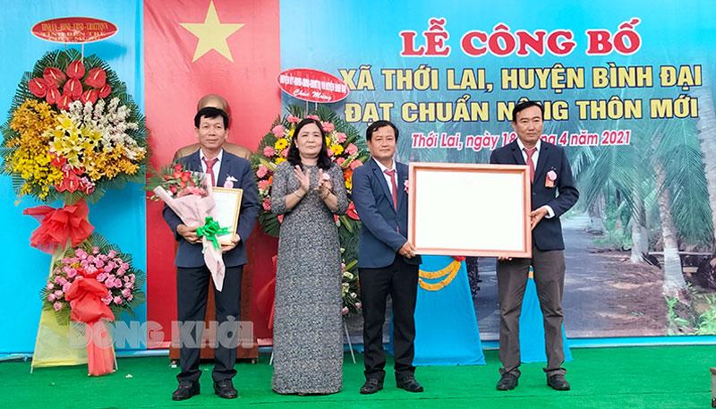 Phó bí thư Thường trực Tỉnh ủy Hồ Thị Hoàng Yến trao bằng công nhận đạt chuẩn xã nông thôn mới cho lãnh đạo xã Thới Lai.