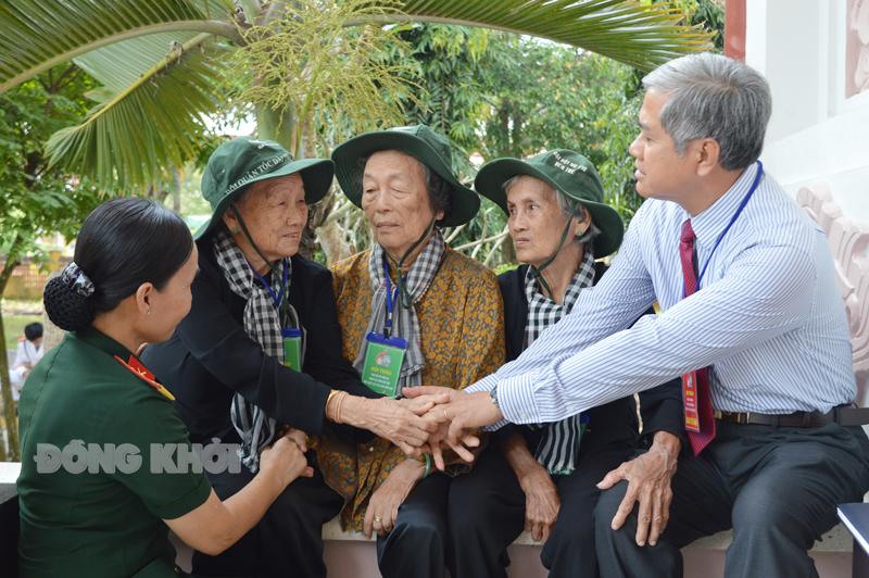 Lãnh đạo tỉnh gặp gỡ, thăm hỏi các dì trong Đội quân tóc dài năm xưa.