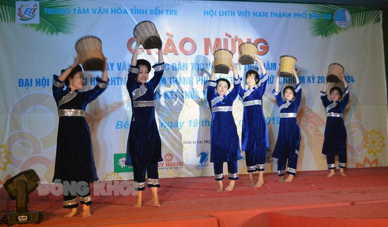 Biểu diễn nghệ thuật hát múa về các dân tộc Việt Nam.