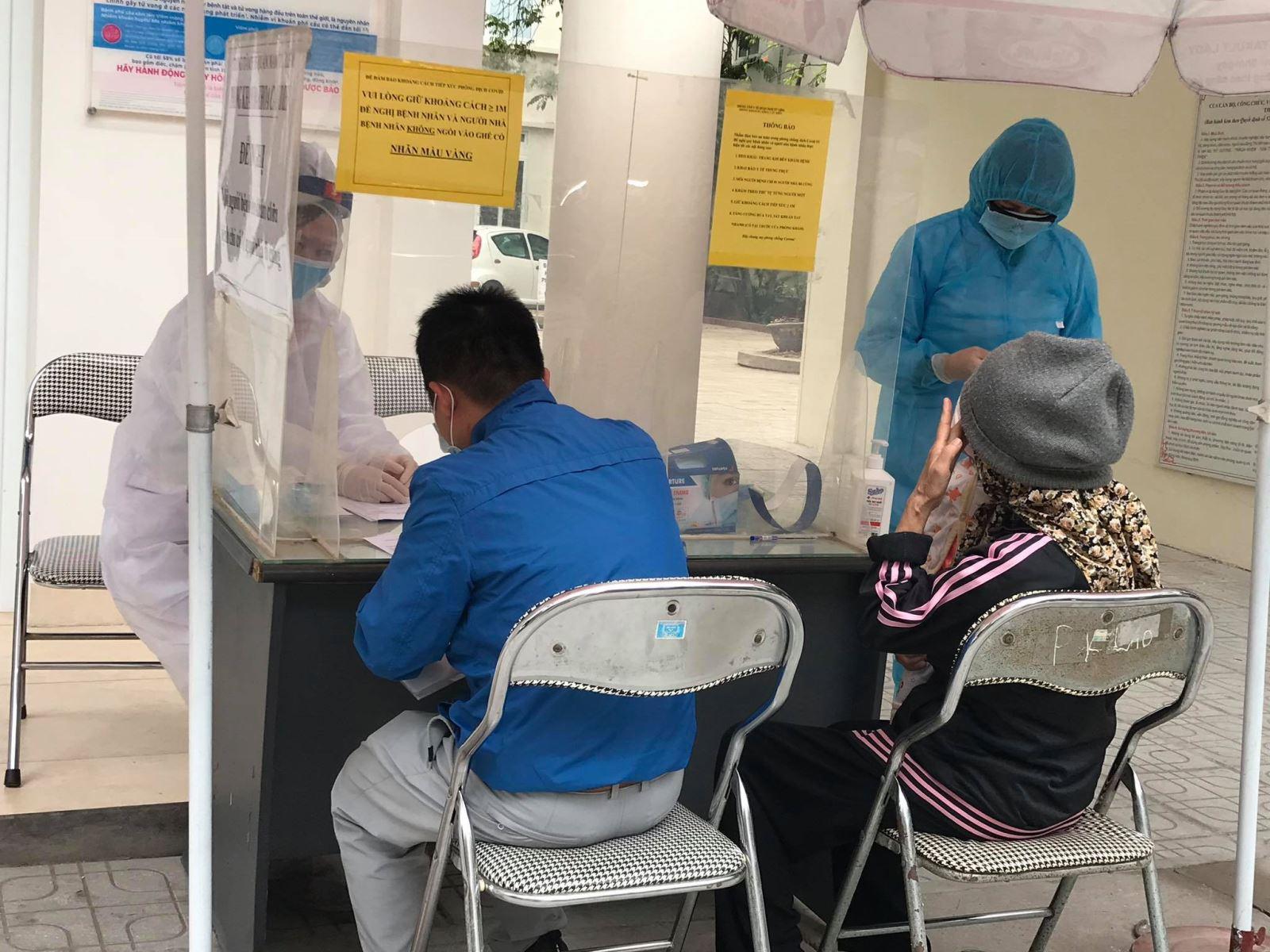 Người dân khai báo y tế phòng dịch COVID-19. Ảnh: TN
