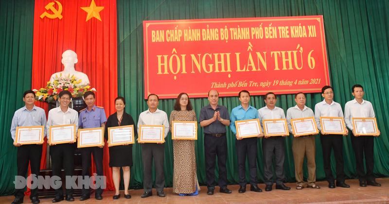 Bí thư Thành ủy Nguyễn Văn Tuấn trao giấy khen cho các tập thể tiêu biểu năm 2020.