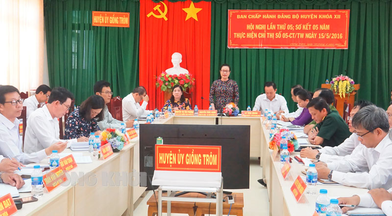 Bí thư Huyện ủy Nguyễn Trúc Hạnh trao đổi các nội dung tại hội nghị.