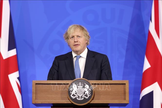 Thủ tướng Anh Boris Johnson phát biểu tại cuộc họp báo ở London ngày 5-4-2021. Ảnh: THX/TTXVN