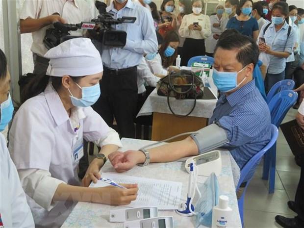 Đo huyết áp, sàng lọc trước tiêm vaccine tại Cần Thơ. Ảnh: Ánh Tuyết/TTXVN