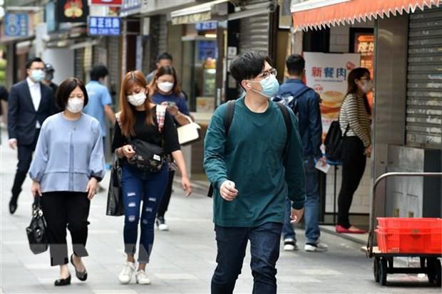 Người dân đeo khẩu trang phòng lây nhiễm COVID-19 tại Hong Kong, Trung Quốc. (Ảnh: THX/TTXVN)