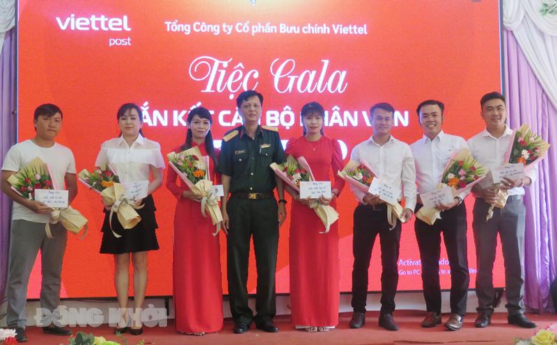 Giám đốc Chi nhánh Viettel Post Bến Tre Trần Thiện Bình trao tặng danh hiệu thi đua cho các tập thể và cá nhân