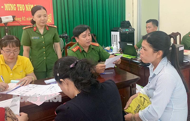 Đại úy Trương Vĩnh Phương Huyền hướng dẫn người dân làm thủ tục cấp căn cước công dân.