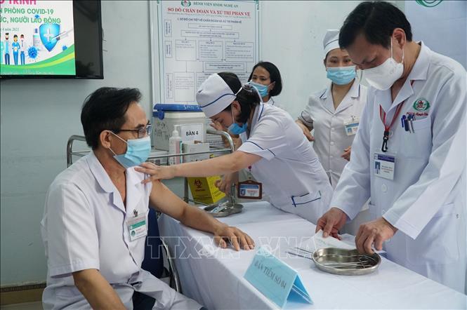 Tiêm vaccine COVID-19 cho cán bộ y tế. Ảnh: TTXVN