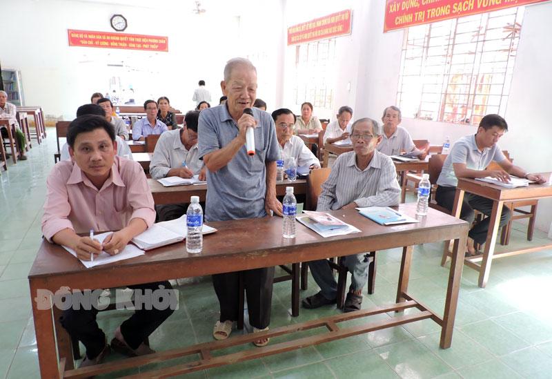 Người dân trao đổi giải pháp thực hiện tại buổi triển khai Nghị quyết Đảng bộ xã An Khánh ra dân.