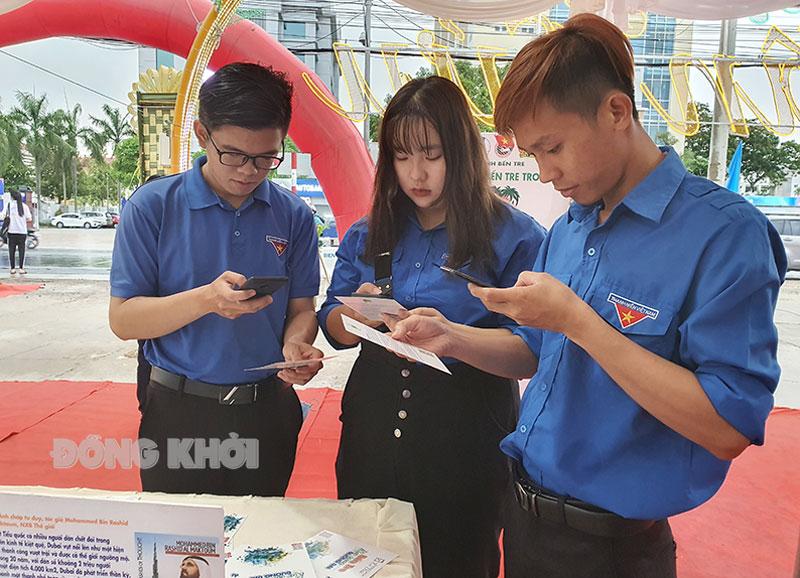 Đoàn viên, thanh niên ứng dụng công nghệ số để đọc ấn phẩm thông tin trên điện thoại thông minh.