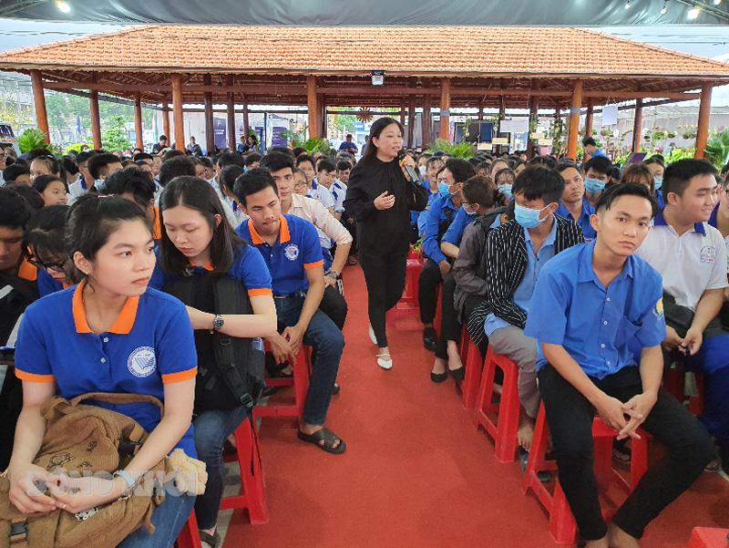Chuyên gia Nguyễn Phi Vân giao lưu với học sinh - sinh viên Bến Tre.