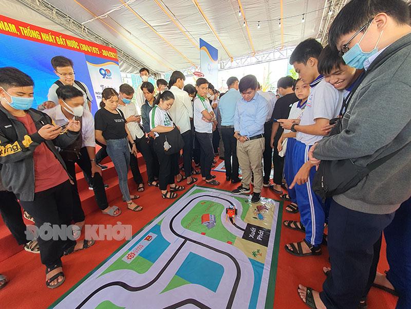 Học sinh tham gia thực nghiệm Robocon tại Đường sách xứ Dừa.