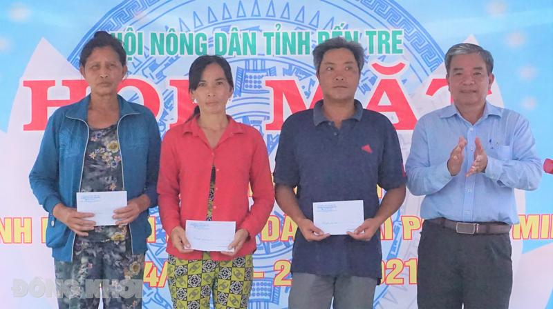 Phó chủ tịch Hội Nông dân tỉnh Võ Văn Chiến trao quà cho hội viên, nông dân có hoàn cảnh khó khăn.