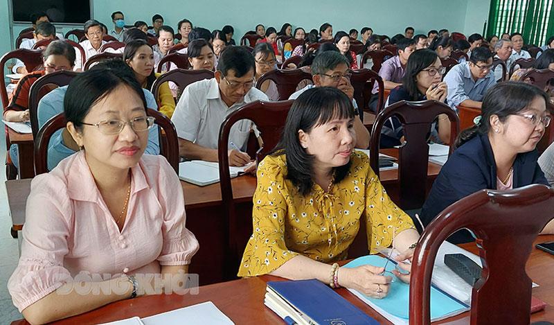Cán bộ, giáo viên tham gia lớp tập huấn nghiệp vụ thi.