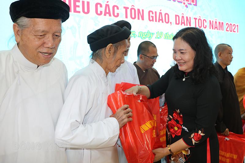 Phó bí thư Thường trực Tỉnh ủy Hồ Thị Hoàng Yến tặng quà lưu niệm đến các chức sắc tôn giáo tiêu biểu.