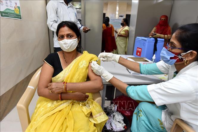 Tiêm vaccine ngừa COVID-19 cho người dân tại bang Uttar Pradesh, Ấn Độ, ngày 10-4-2021. Ảnh: THX/TTXVN