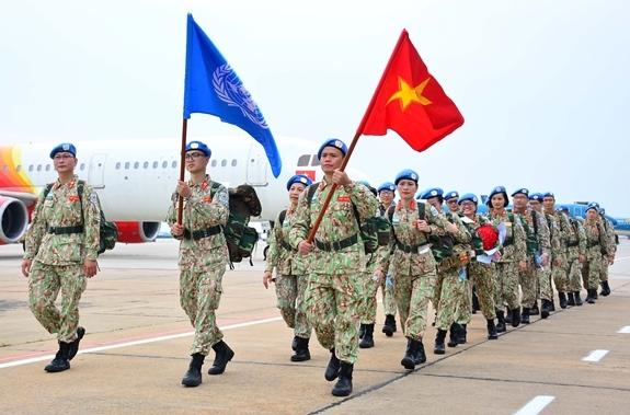 Cán bộ, nhân viên BVDC 2.3 hành quân ra máy bay.  (Ảnh: qdnd.vn)