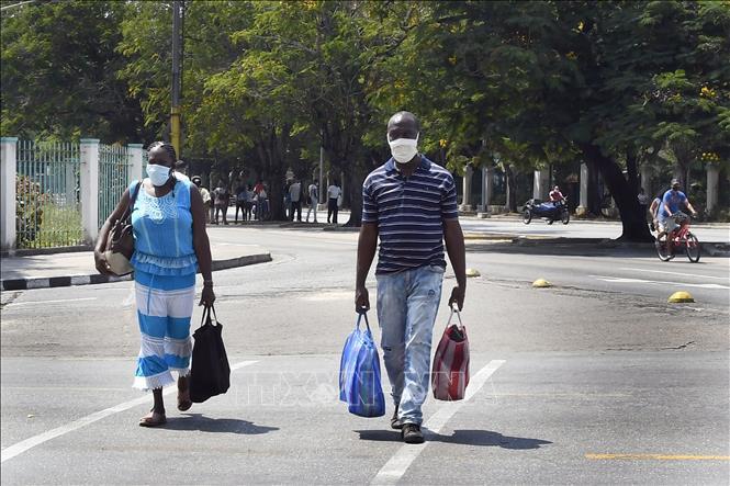 Người dân đeo khẩu trang phòng lây nhiễm COVID-19 tại La Habana, Cuba, ngày 6-4-2021. Ảnh: THX/TTXVN