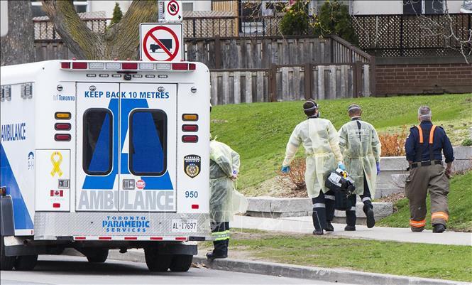 Nhân viên y tế làm nhiệm vụ tại Toronto, Canada, ngày 16-4-2021. Ảnh: THX/TTXVN