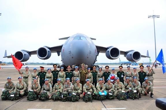 Thủ trưởng Cục Gìn giữ hòa bình Việt Nam, Bệnh viện Quân y 175, đại biểu quốc tế chụp ảnh lưu niệm cùng BVDC 2.3 (Ảnh:qdnd.vn)