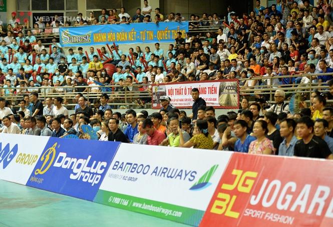 Khán giả chật kín và tràn xuống sân nhà thi đấu Việt Trì