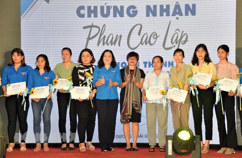 Phó bí thư Thường trực Tỉnh ủy Hồ Thị Hoàng Yến (thứ 5, từ trái sang) trao giấy chứng nhận cho các đại sứ đọc.