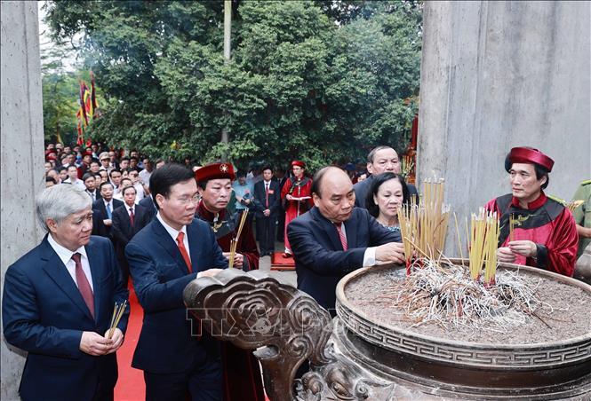 Chủ tịch nước Nguyễn Xuân Phúc và các đồng chí lãnh đạo Đảng, Nhà nước dâng hương tại điện Kính Thiên (đền Thượng). Ảnh: TTXVN
