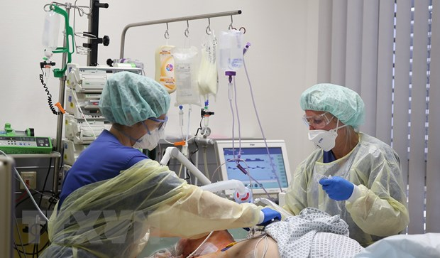 Chăm sóc bệnh nhân COVID-19 tại Đức. (Ảnh: AFP/TTXVN)