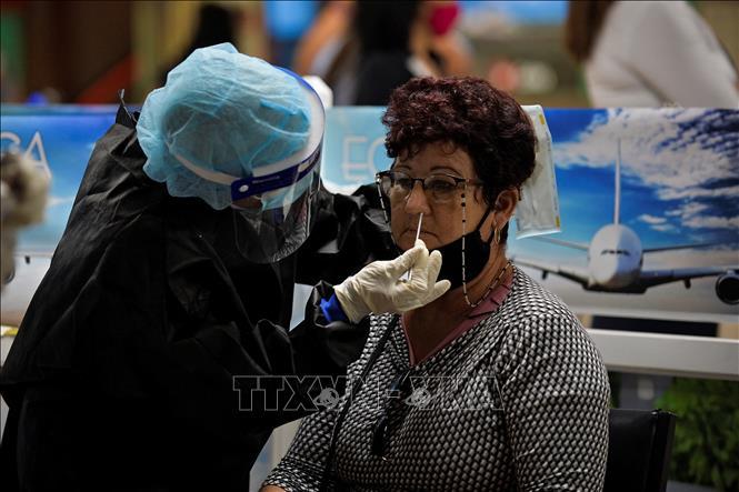 Nhân viên y tế lấy mẫu xét nghiệm COVID-19 cho người dân tại La Habana, Cuba, ngày 15-11-2020. Ảnh: AFP/TTXVN