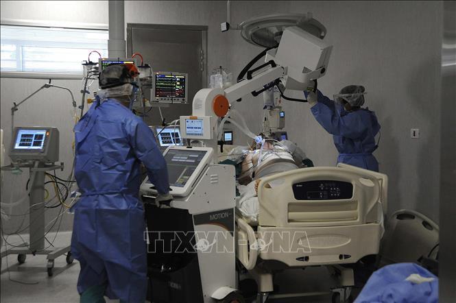 Nhân viên y tế điều trị cho bệnh nhân COVID-19 tại bệnh viện ở Mendoza, Argentina ngày 6-11-2020. Ảnh: AFP/TTXVN
