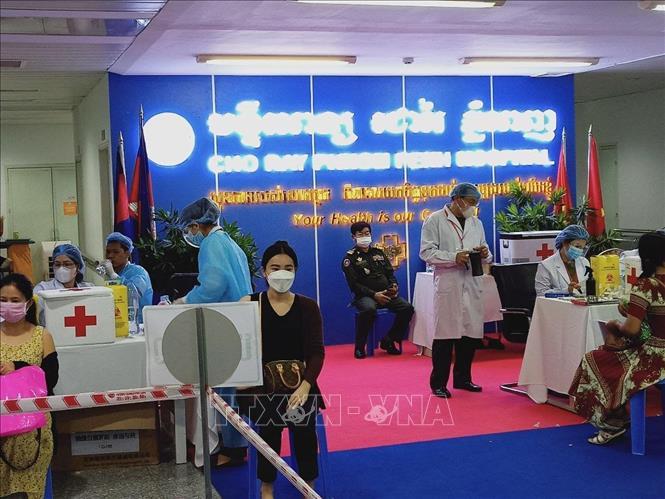 Công dân Campuchia tiêm vaccine COVID-19 tại Bệnh viện Chợ Rẫy - Phnom Penh. Ảnh: Trần Ngọc Long – P/v TTXVN tại Campuchia