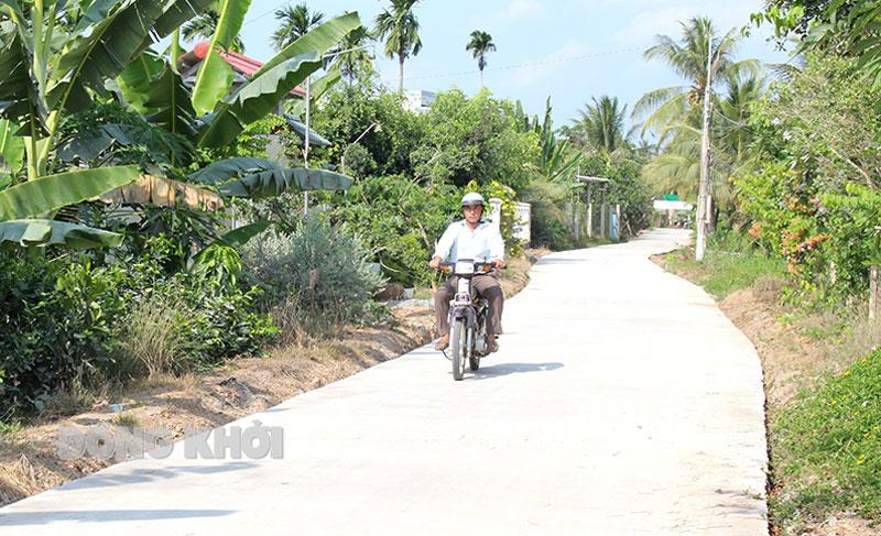 Đường nông thôn liên ấp xã Phú Đức.