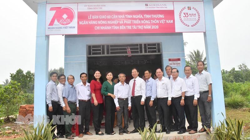 Phó chủ tịch UBND tỉnh Nguyễn Thị Bé Mười trao nhà cho gia đình chinh sách.