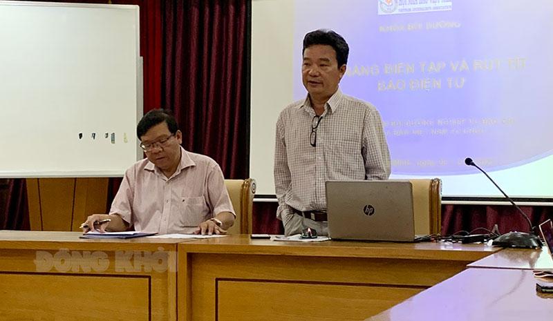Nhà báo Phan Văn Tú giảng dạy tại lớp tập huấn.