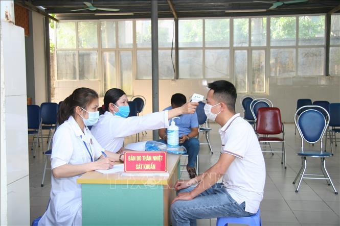Đảm bảo thực hiện quy định phòng dịch COVID-19 tại các điểm tiêm vaccine. Ảnh: TTXVN