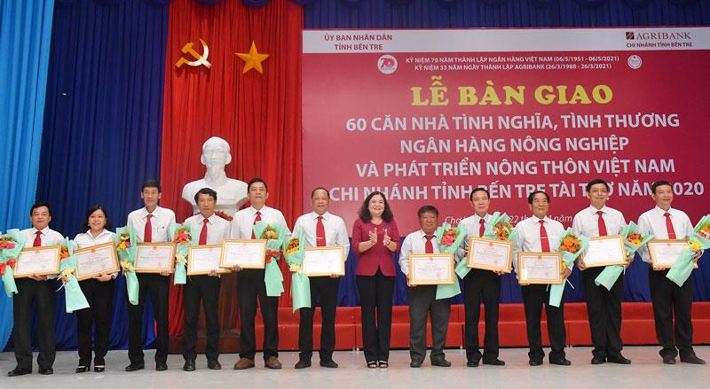 Phó bí thư Thường trực Tỉnh ủy trao Bằng khen của UBND tỉnh cho các Chi nhánh Ngân hàng Nông nghiệp và Phát triển nông thôn các huyện, thành phố.