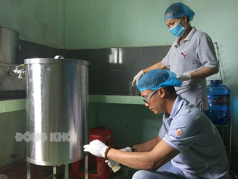 Sản xuất mật hoa dừa tại Châu Thành của bạn Tô Chí Hải. Ảnh: Trúc Lan