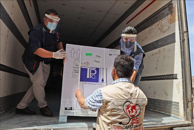 Vận chuyển lô vaccine đầu tiên từ chương trình COVAX tại cửa khẩu Bab al-Hawa ở biên giới Syria - Thổ Nhĩ Kỳ, ngày 21-4-2021. Ảnh: AFP/TTXVN