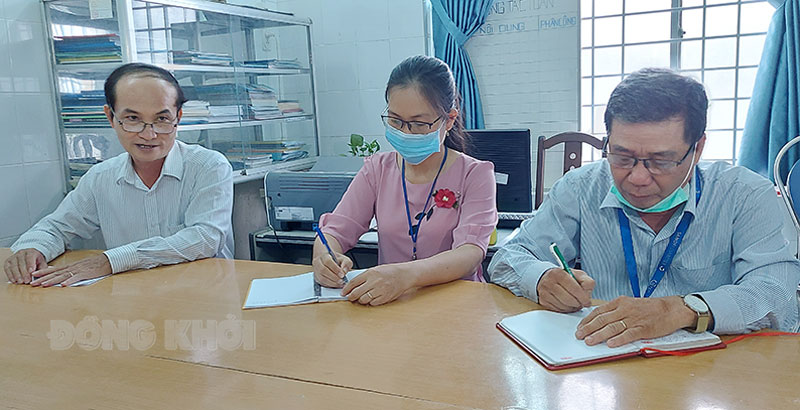 Giám đốc Sở Y tế Nguyễn Văn Oanh (bìa trái) giám sát tại Trung tâm Y tế TP. Bến Tre.