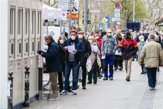 Người dân xếp hàng tại một điểm xét nghiệm COVID-19 ở Berlin, Đức, ngày 12-4-2021. (Nguồn: THX/TTXVN)