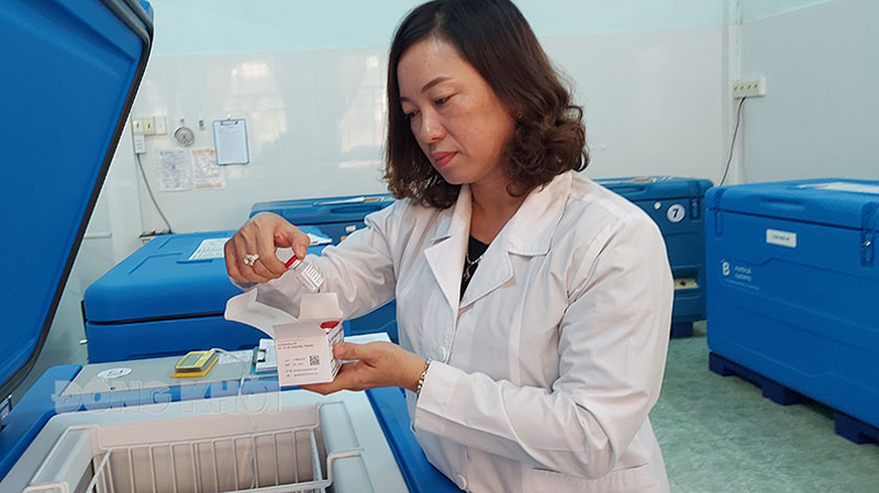 Cán bộ Khoa dược Trung tâm Kiểm soát bệnh tật tỉnh kiểm tra vắc-xin phòng Covid-19.