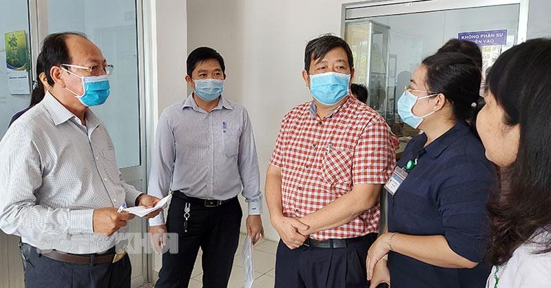 Giám đốc Sở Y tế Ngô Văn Tán giám sát tại Bệnh viện Nguyễn Đình Chiểu.