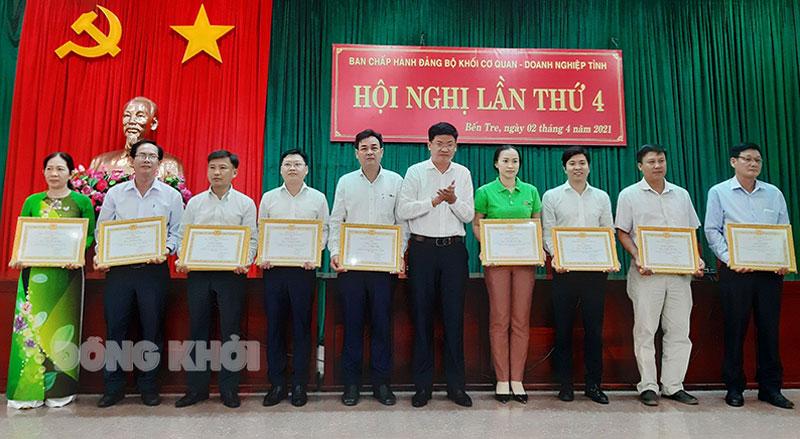 Đảng bộ Công ty Điện lực Bến Tre vinh dự được nhận bằng khen của Ban Thường vụ Đảng ủy Khối.