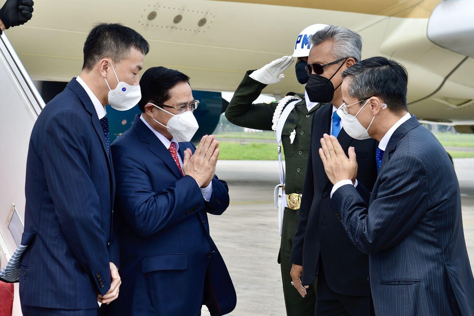 Đón  đoàn tại sân bay có đại diện Bộ Ngoại giao Indonesia; Đại sứ Việt Nam tại Indonesia Phạm Vinh Quang; Đại sứ, Trưởng phái đoàn đại diện Việt Nam tại ASEAN Nguyễn Hải Bằng. Ảnh: VGP/Nhật Bắc